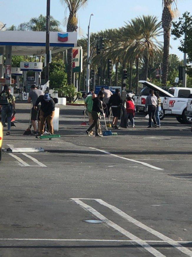 橙縣聖塔安那市30日晚發生暴力示威。圖為31日民眾自發打掃示威街道。(聖塔安那警局提供)