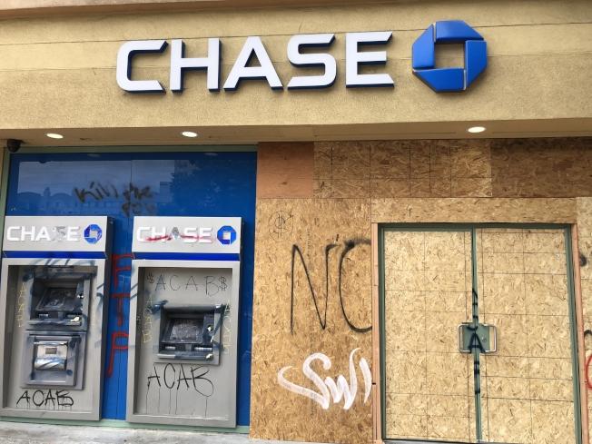 不少暴徒對準屋崙華埠的銀行。圖為被打爛的ATM取款機。(記者劉先進/攝影)
