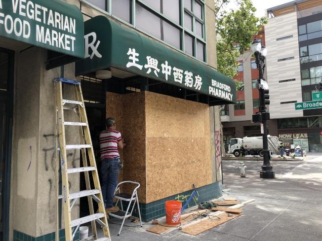 為防備暴徒,華埠東主正在緊急加固。(記者劉先進 /攝影)