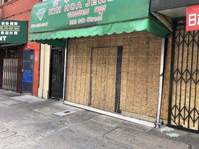 屋崙9街珠寶店被洗劫後,用木板釘住。(記者劉先進/攝影)
