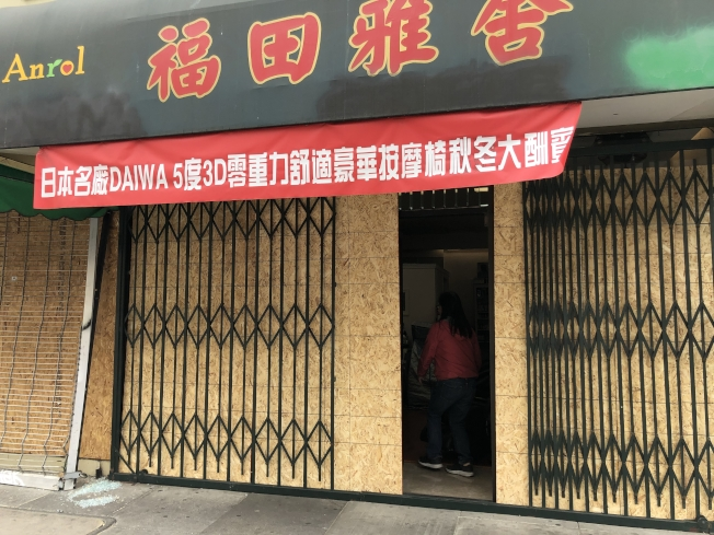 華埠不少店鋪設置木板,防備暴徒再來洗劫。(記者劉先進/攝影)