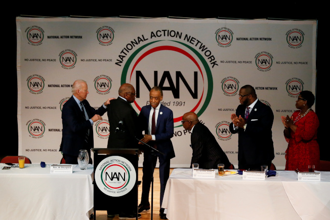 非洲裔社區對白登及民主黨提出警告,勿再視非洲裔選票為理所當然。圖為民主黨準總統提名人白登2月在北卡州初選時爭取夏普頓牧師(右)等非洲裔領袖的支持。(Getty Images)