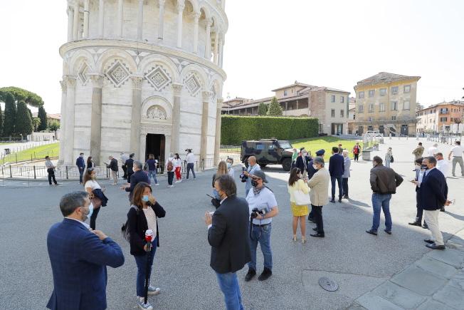 義大利比薩斜塔於5月30日重新對外開放。圖為民眾等待入場。歐新社