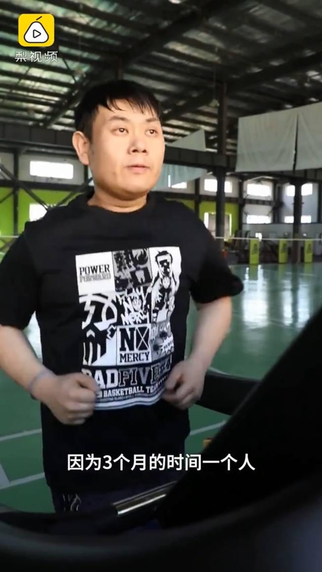 肥後的崔鶴,有網友認為他瘦下來後變老了  。(視頻截圖)