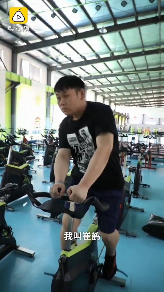 訓練營關閉期間,崔鶴獨自一人進行訓練。(視頻截圖)