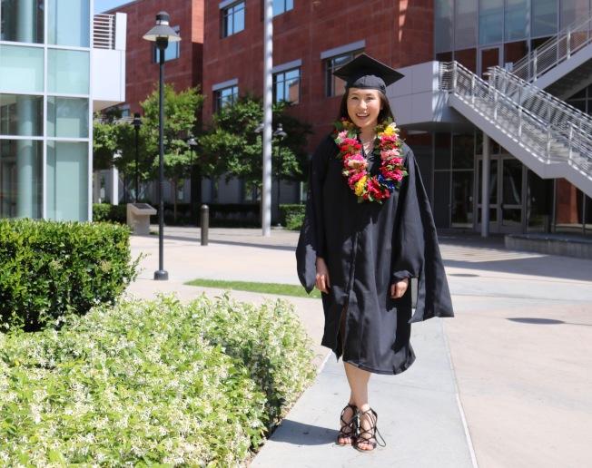 疫情下沒有畢業禮,甘艾裕穿上學士袍在校園留念。(甘艾裕提供)