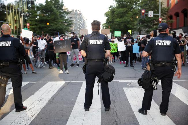 示威群眾31日持續在白宮前抗議,華府警力森嚴,嚴陣以待。(路透)