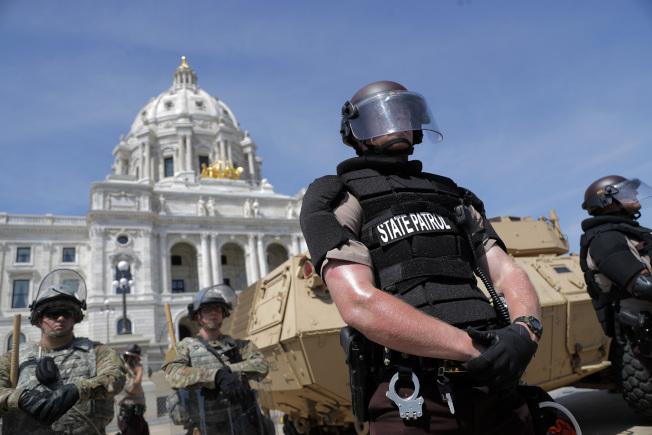 明尼蘇達州聖保羅市31日警方嚴陣以待。(美聯社)