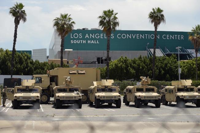 全美連續第六天多州抗議,圖為洛杉磯的加州國民兵裝甲車待命。(美聯社)