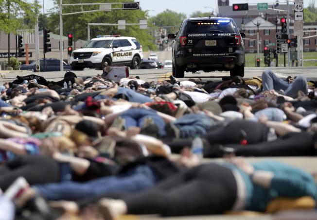 威斯康辛州31日的示威者躺在馬路上示威。(美聯社)