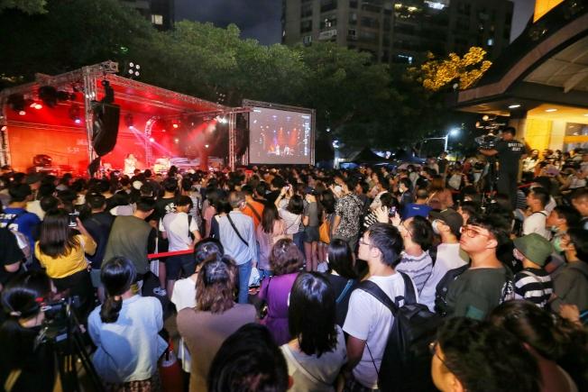 誠品書店敦南店陪伴台北人20多年夜半讀書歲月,最後一日營業,歌手陳昇帶領多個樂團舉行「星空下的Live騷動」演場會向敦南道別,擠滿人潮。(記者曾原信/攝影)