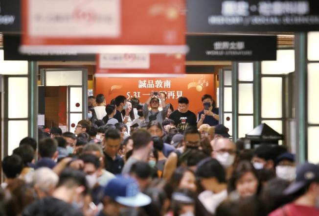 誠品書店敦南店1日凌晨熄燈,最後營業日吸引大批民眾前來追憶,歡送這座影響台灣人最深的不打烊書店。(記者曾原信/攝影)