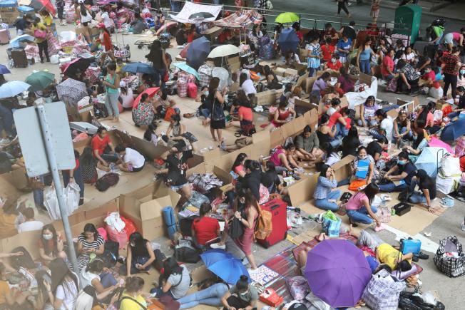 香港5月31日新增2宗本地新冠肺炎確診個案,本地連續16天零確診紀錄中斷。圖為眾多外傭在香港中環一帶聚會,多處出現多於8人的聚集。(中通社)