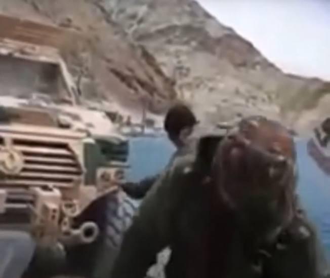 印軍破壞解放軍軍車。(視頻截圖)