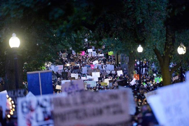 波士頓31日下午共有數千人參加了在不同地點舉辦的三場和平抗議活動。(Getty Images)