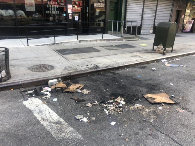 馬路上出現被火燒過的痕跡。記者張晨/紐約攝影