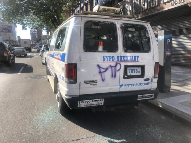 停在路邊的一輛警車被塗鴉。(記者張晨/攝影)