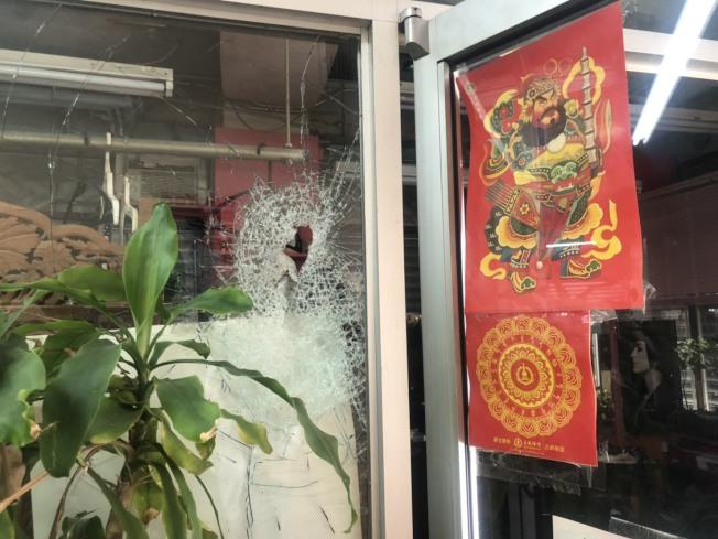 一家華人髮廊的外墻玻璃被砸穿。(記者張晨/攝影)