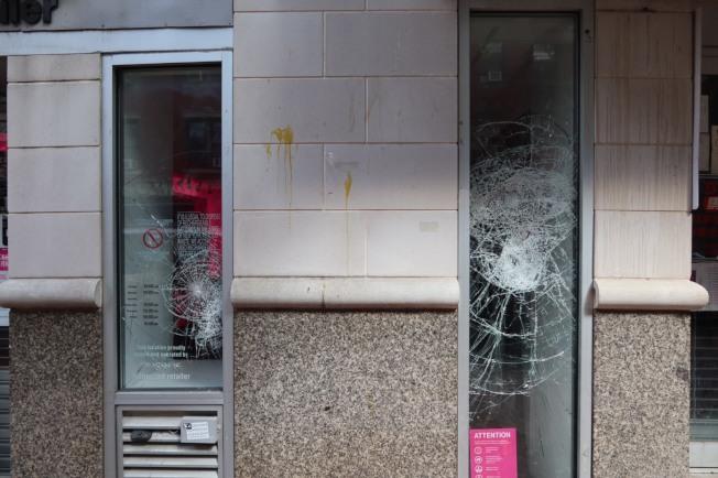 商家玻璃被砸。(記者張晨/攝影)