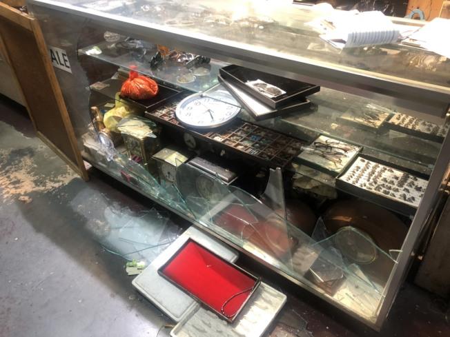 華埠一家華人鐘錶行展示櫃玻璃被砸。(記者張晨/攝影)