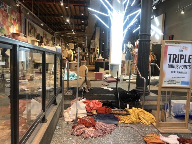 Urban Outfitters室內東西也被弄亂。記者張晨/紐約攝影