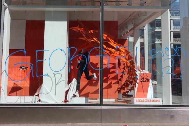 Adidas的櫥窗昨天被塗鴉。記者張晨/紐約攝影