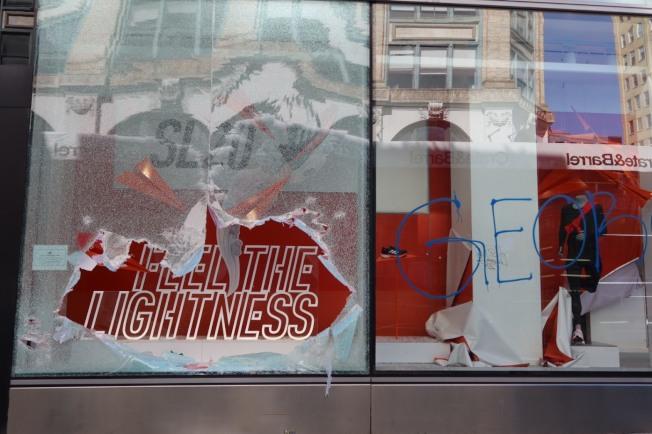 Adidas的櫥窗今天被打破了。記者張晨/紐約攝影