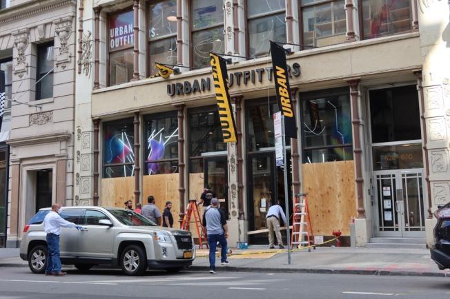 Urban Outfitters昨天上午請工人加木板。記者張晨/紐約攝影