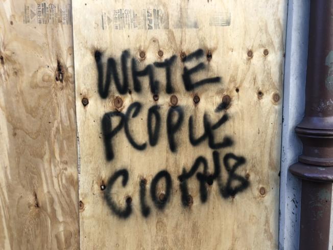 Urban Outfitters昨天上午加木板的人才剛剛弄好,今天就被塗鴉。記者張晨/紐約攝影
