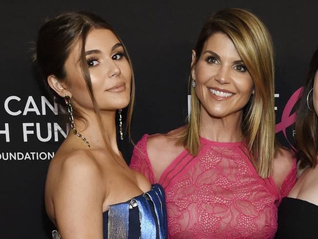 好萊塢資深女星蘿瑞羅夫林(右)的20歲女兒奧莉薇亞潔德(左,Olivia Jade),大學入學過程遭聯邦檢察官查出涉嫌行賄詐騙,上個月已經認罪,接下來將面臨坐牢。(美聯社)