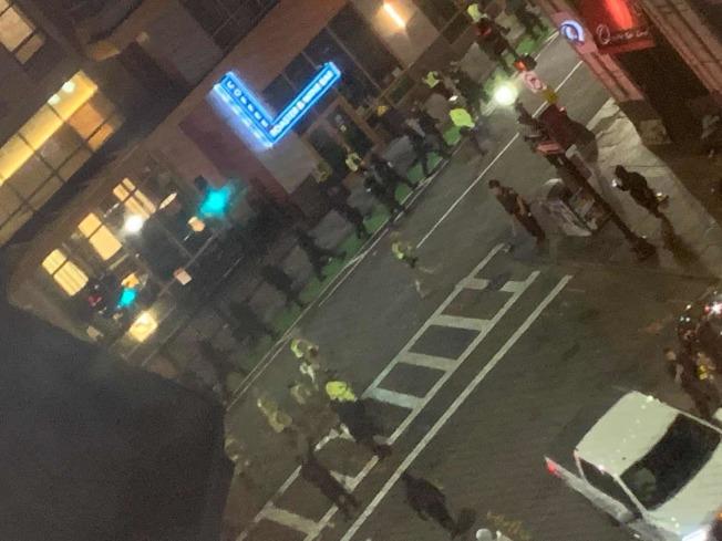 波士頓示威活動警方派出大量警力到華埠維持秩序。(Melissa Lo提供)