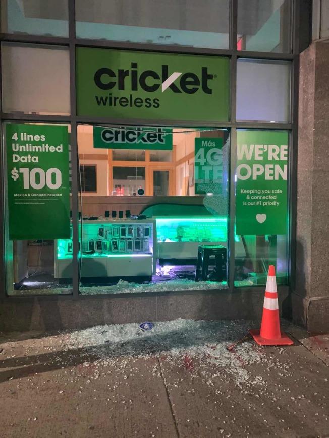 波士頓華埠Cricket電信店被砸。(Melissa Lo提供)