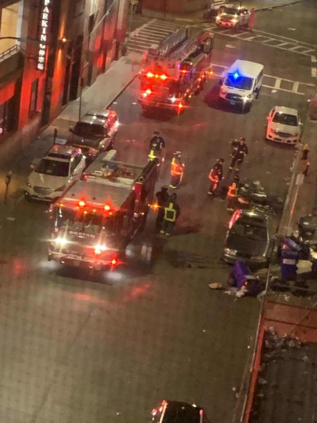 波士頓警察和消防員出動到華埠維持安全。(Melissa Lo提供)