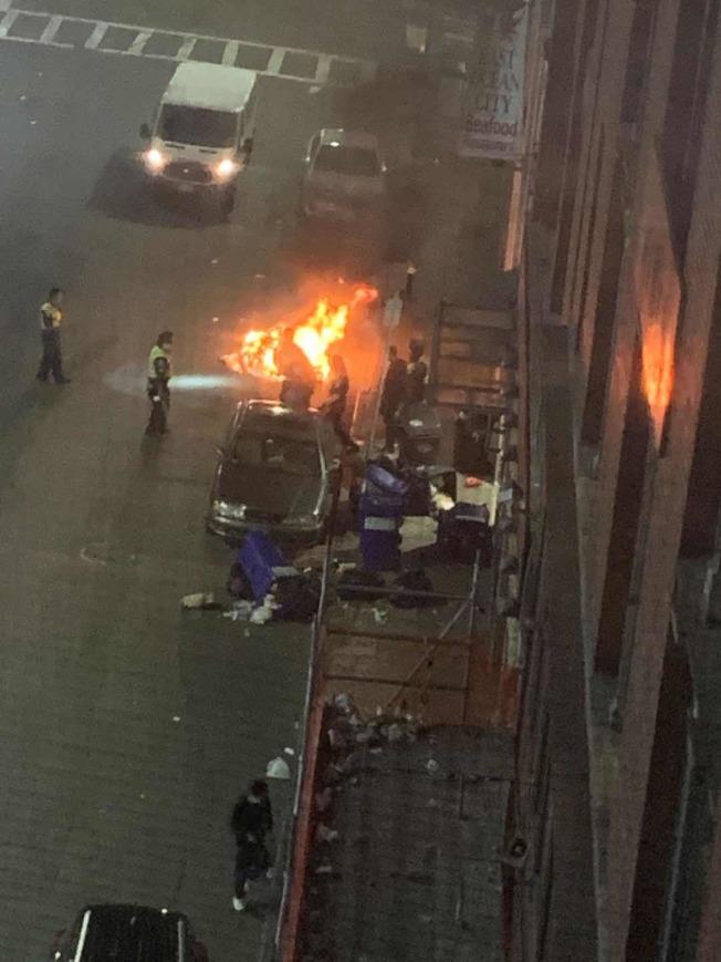 波士頓31日晚抗議活動演變暴力衝突,華埠垃圾被點燃。(Melissa Lo提供)