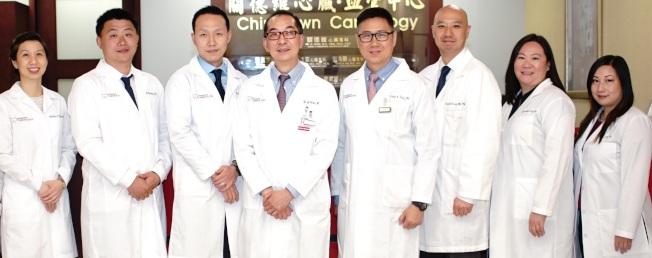 關德維(左四)和他的心臟血管中心的醫生團隊。