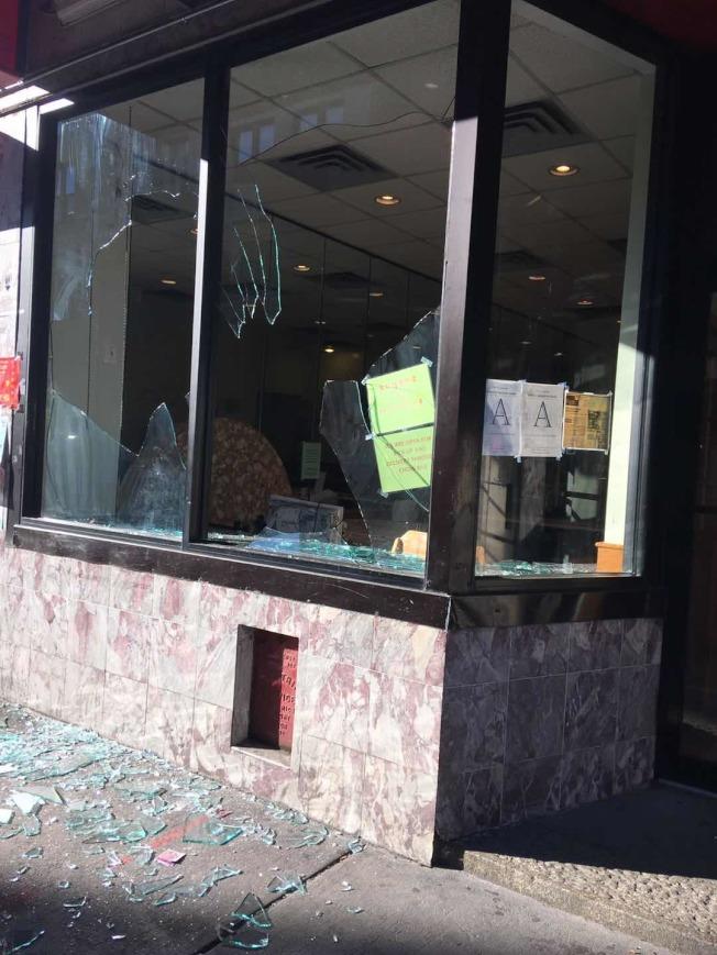 波士頓華埠近10家店面遭示威人群破壞,包括多家餐廳門面玻璃被砸爛。(陳文棟提供)