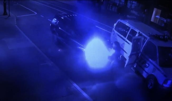 警員遭暴力遊行嫌犯開車碾壓。(推特視頻截圖)