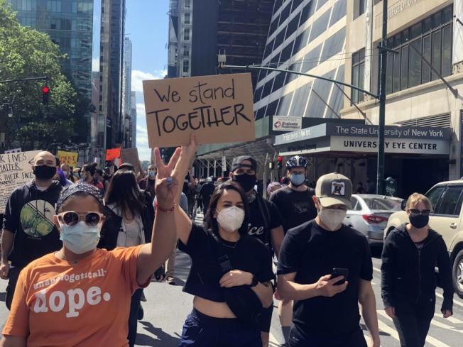 時報廣場附近,示威者戴口罩參與示威。記者張晨/攝影
