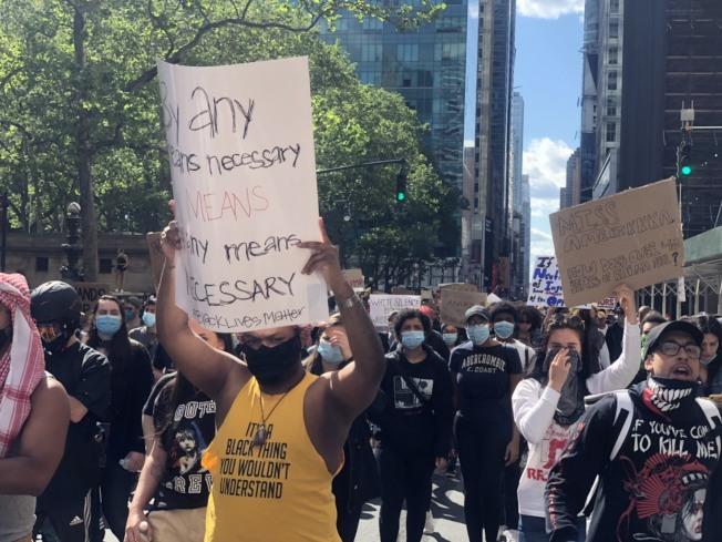 上萬民眾聚集紐約時報廣場,為明州非裔致死案發聲。記者張晨/攝影