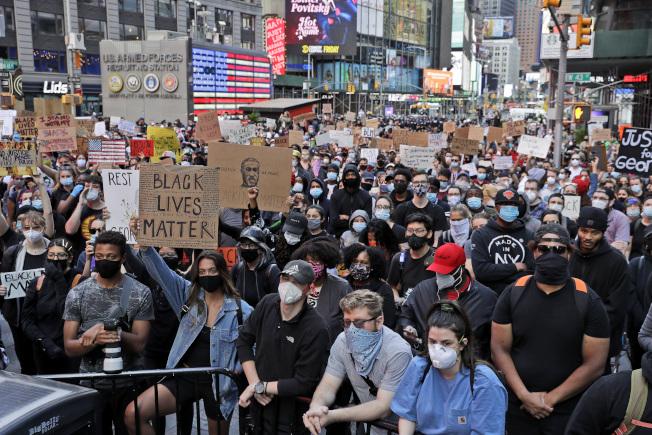 紐約市宣布實施宵禁,因應示威抗議衍生的趁火打劫和暴力事件。  美聯社