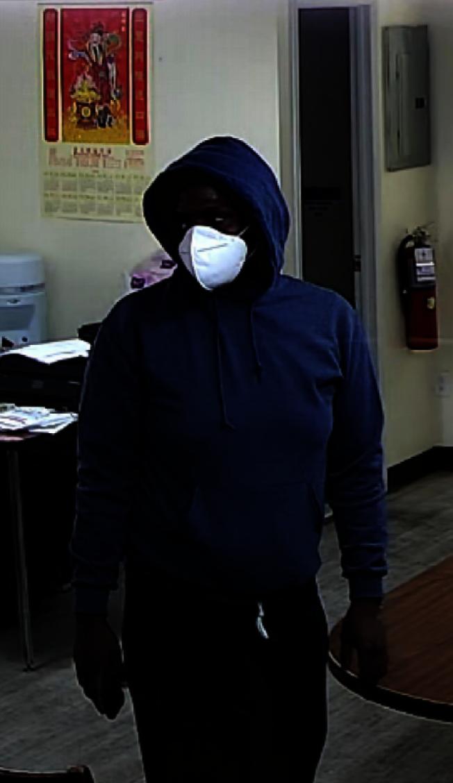 该男子涉嫌入室盗窃法拉盛的一家华人超市。(警方提供)