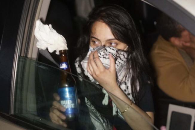 拉赫曼被拍到向其他示威者派送燃燒瓶。(紐約東區聯邦檢察官辦公室提供)