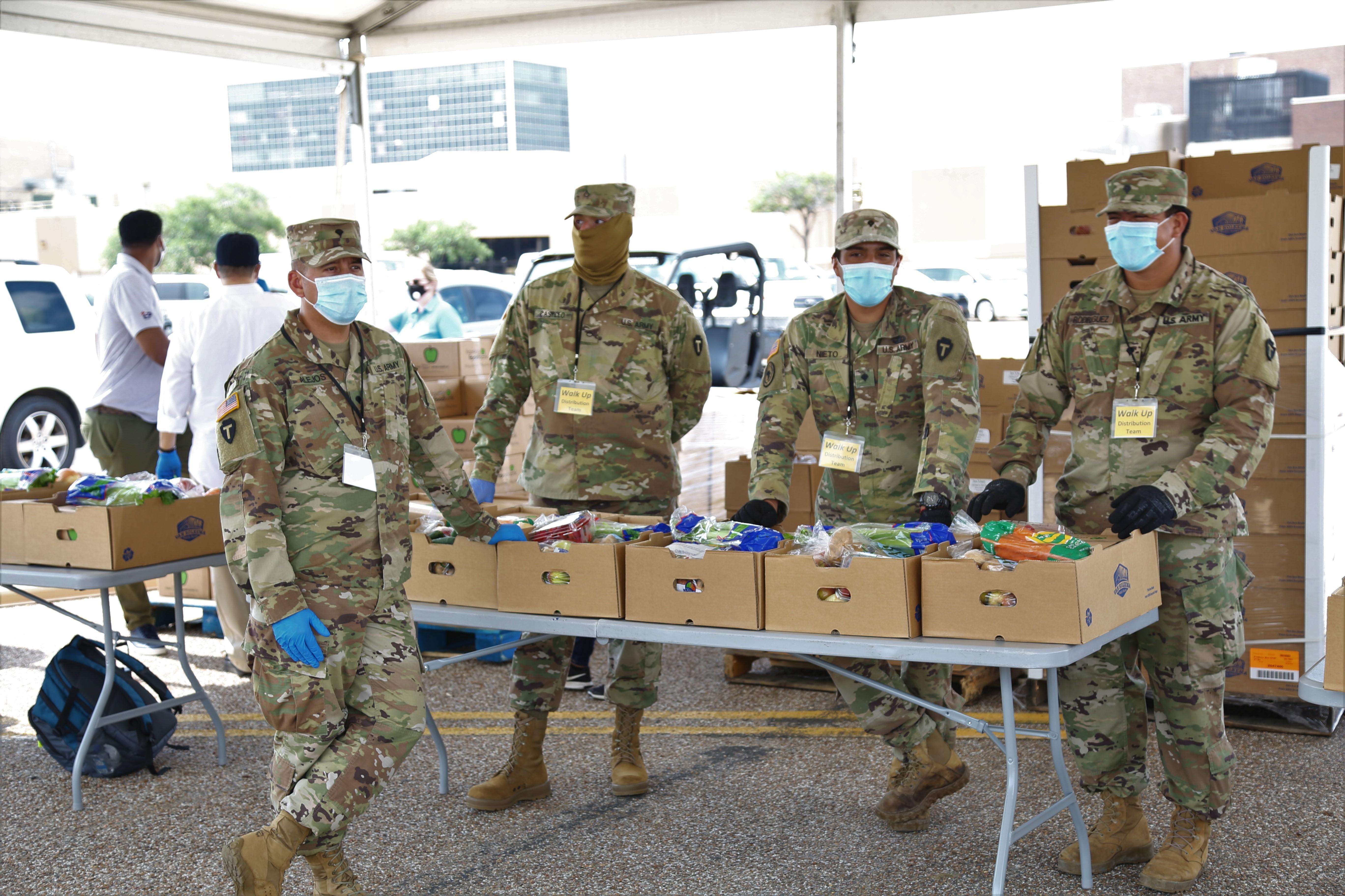 國民兵派員協助搬運食品。
