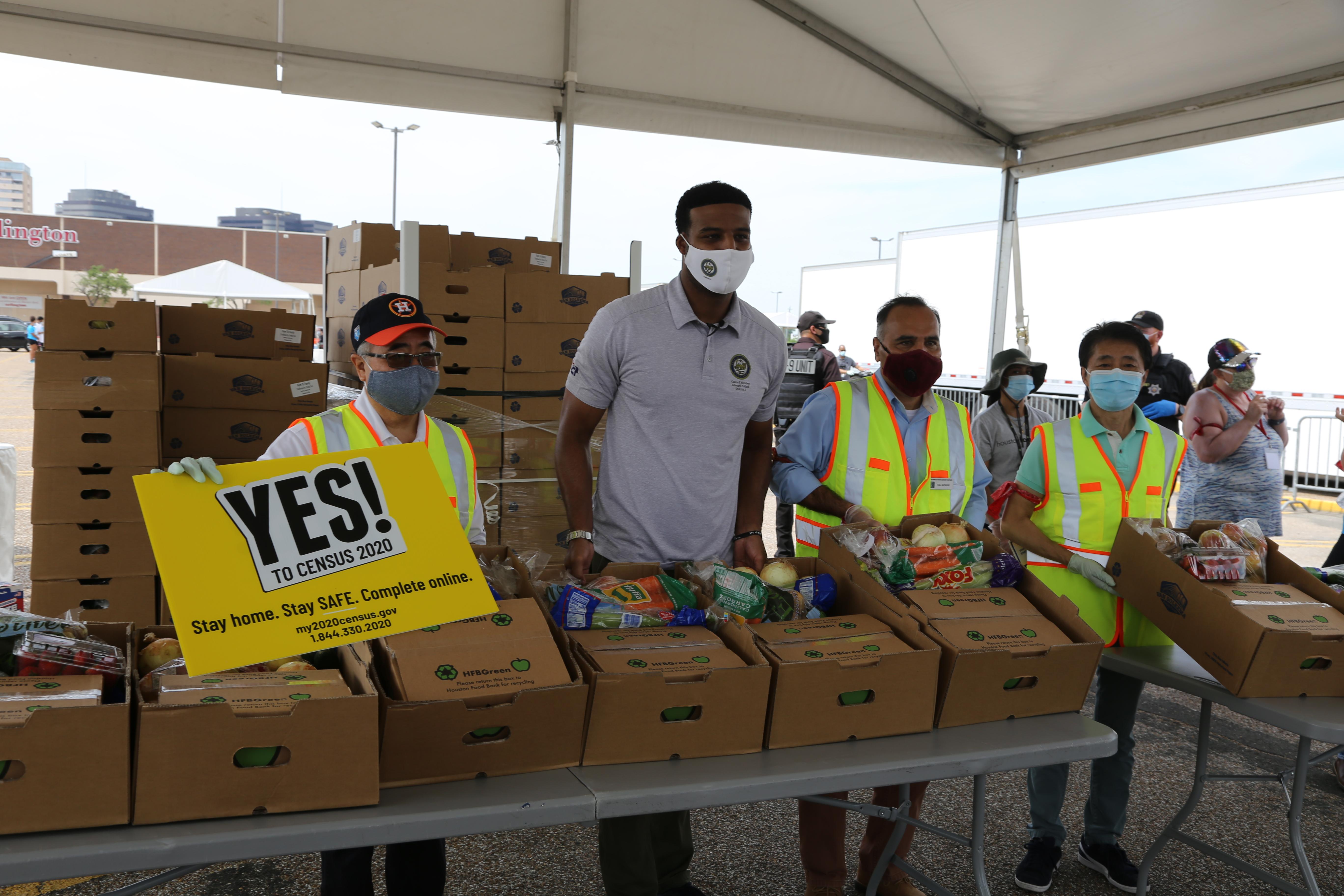 西南管理區區長李雄(左起)、休士頓市議員Edward Pollard等都登記成為義工,協助發放食物。