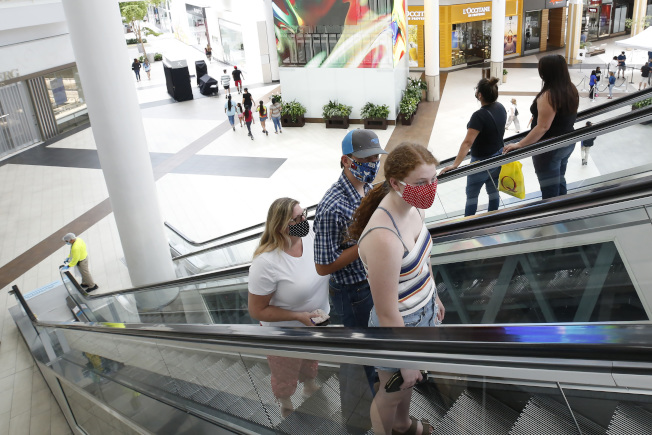 全美新冠確診人數繼續攀升,增勢雖有所減緩,但22州的確診數字驚人增加。圖為加州首府沙加緬度的一部購物中心上周開啟營業,顧客不多。(美聯社)