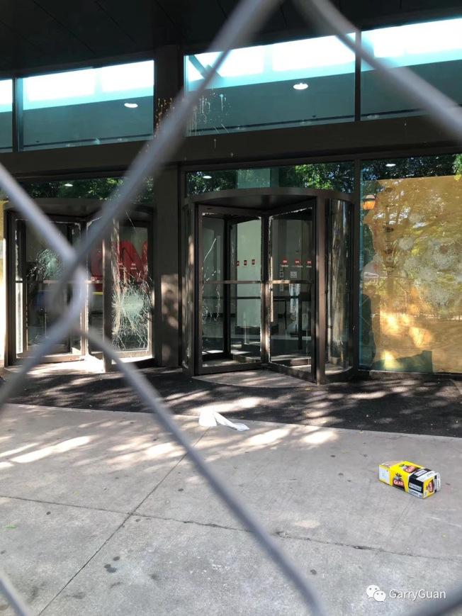 CNN被砸毀的入口及玻璃,怵目驚心。(關學君提供)