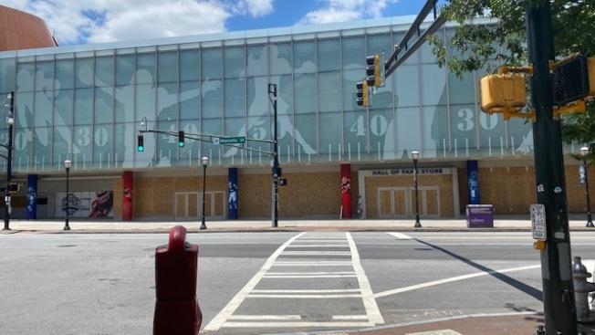 大學足球名人堂(College Football Hall of Fame),一樓玻璃全部被敲破,暫時釘上木板,防止暴民打劫。(楊美珠提供)