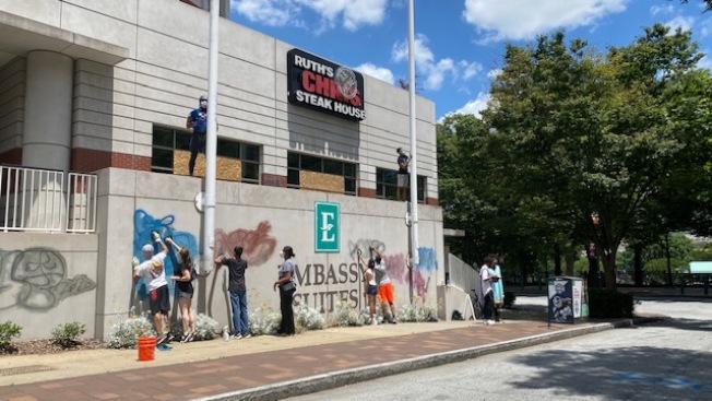外地前來的暴民所住的Embassy Suite,志工忙著清除它被塗鴉的牆壁。(楊美珠提供)