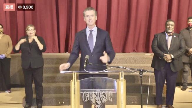 加州州長紐森(左)1日在南沙加緬度一個非裔教會進行記者會,認為政府和全社會需要採取行動推進「反種族主義事業」。(州長辦公室直播視頻截圖)