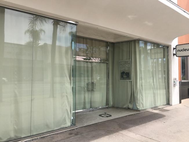 阿罕布拉緬因街上的商家已經拉上簾子,避免外界看到店內情況。(記者王全秀子/攝影)